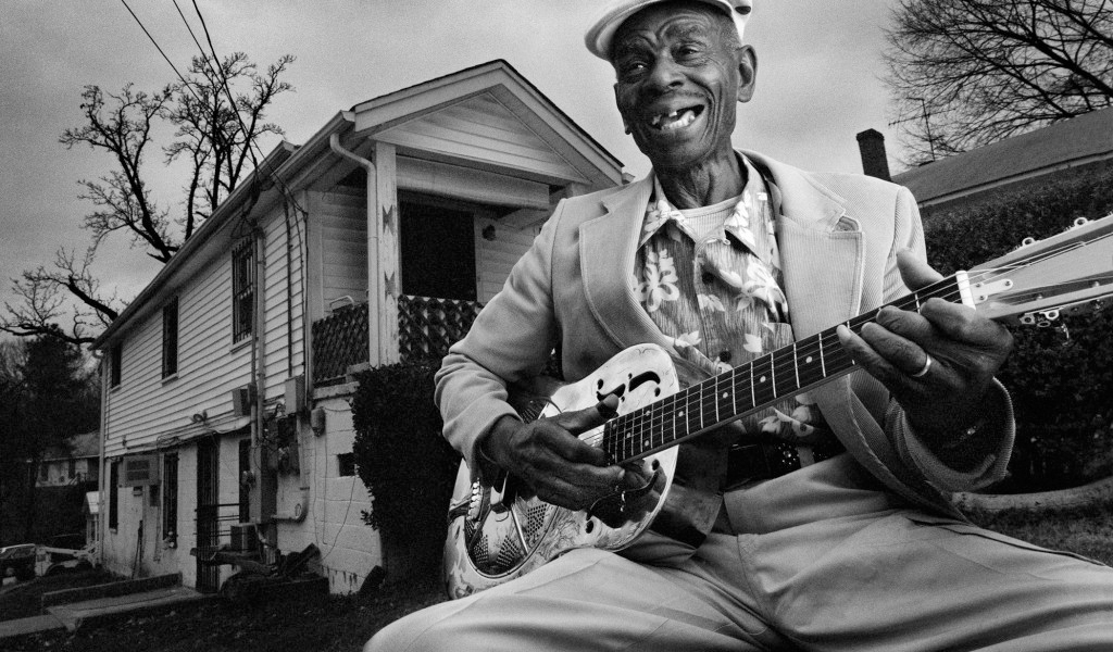 John Dee Holeman playing guitar